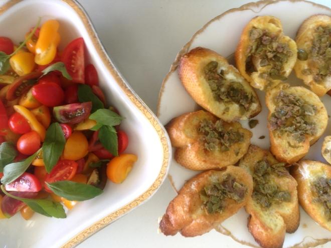 באנטיפסטי גם היה סלט עגבניות קטן, שלא היה צריך כלום פרט לשמן זית ובלסמי